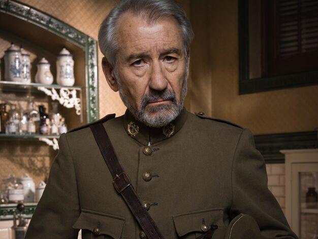 José Sacristán > Vicente Ruiz Márquez, teniente coronel y jefe de la Sanidad en Melilla.   La llegada de la duquesa le debilita su autoridad