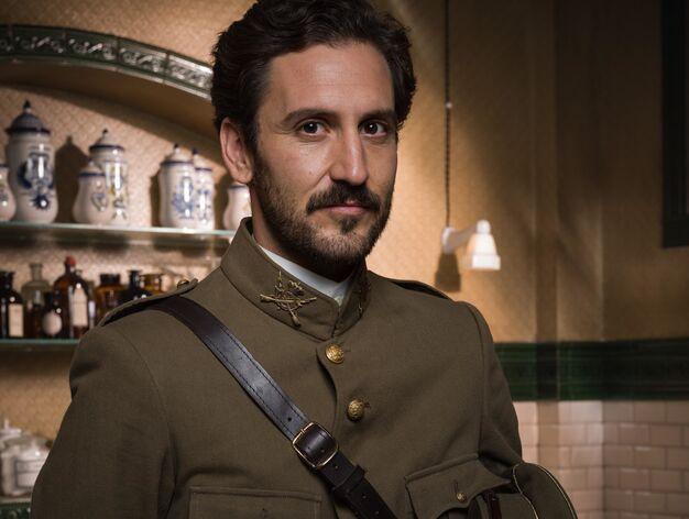 Álex Gadea > Andrés Pereda, soldado y prometido de Julia, amigo íntimo de su hermano, caerá en manos de los guerrilleros rifeños