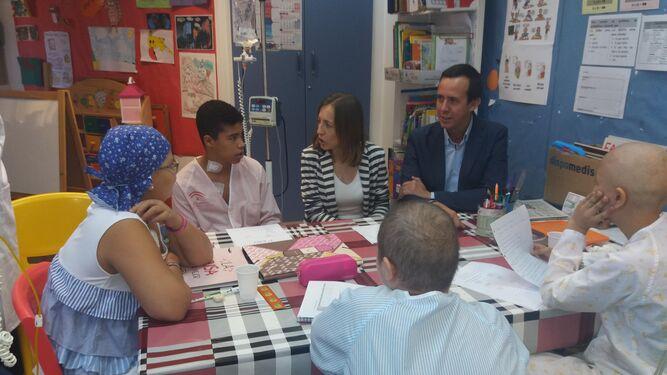 Los delegados de Educación y Salud en el aula hospitalaria de Torrecárdenas de niños oncológicos.