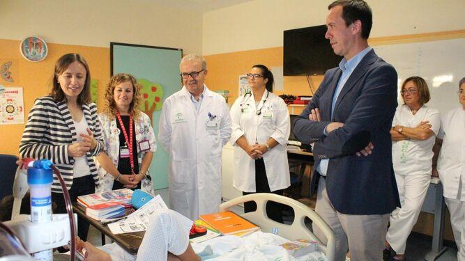 Visita a un alumno hospitalizado en Torrecárdenas.