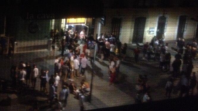 Numerosos vecinos se congregan en la Plaza Marqués de Heredia.