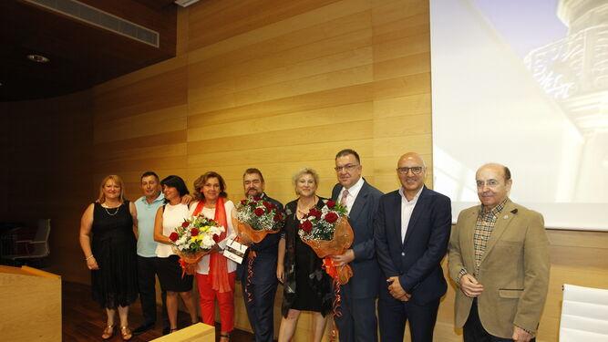 Alumnos de Francisco Soler le entregaron flores y regalos al finalizar la presentación.