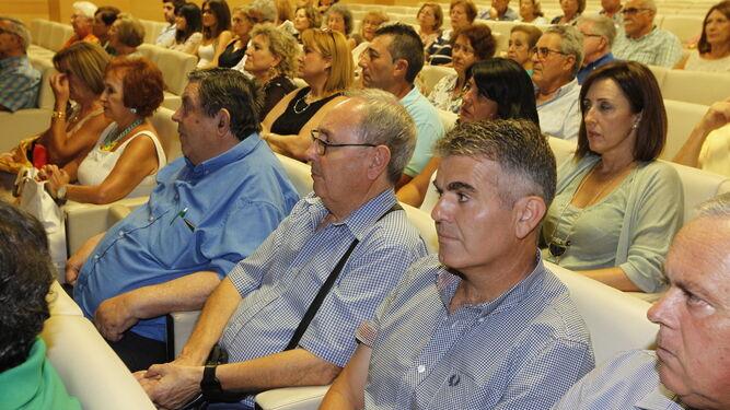 Amigos del Coro de Cámara Emilio Carrión y de Poetas del Sur arroparon al autor del libro.