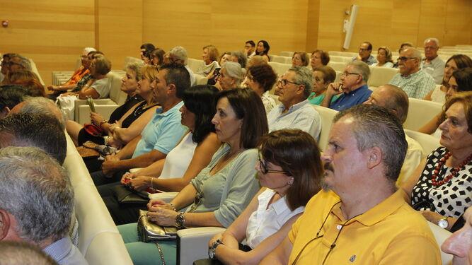 El público escuchó con atención los poemas que leyó Soler durante su intervención.