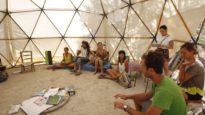 Algunos miembros de la comunidad sostenible Sunseed,  en la zona del Ríos Aguas de Sorbas.