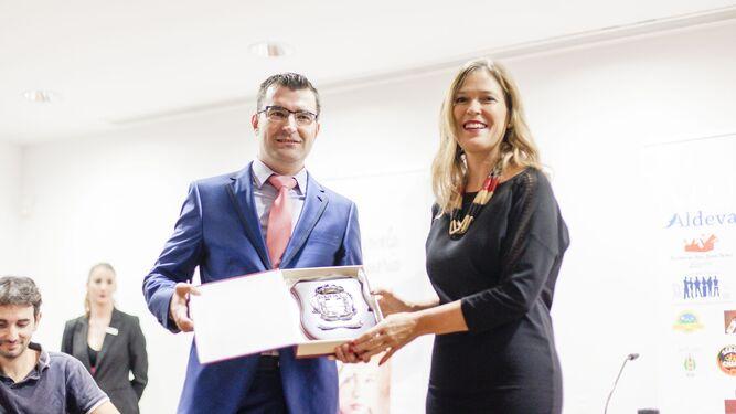 La concejala de Cultura, Ana Martínez Labella con el ganador del certamen Francisco Javier Pasamontes.
