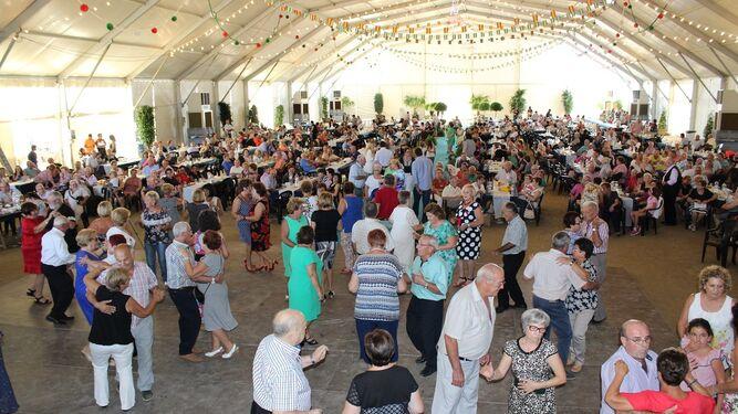 Los pensionistas se animaron a bailar con la música de Andrés Miras y su acordeón.