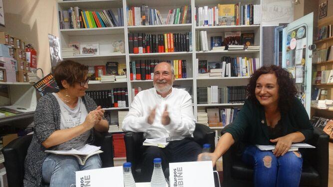 Laura Fjäder, poeta, Juan José Ceba y Emma González durante la presentación de 'Puñal de claveles'.