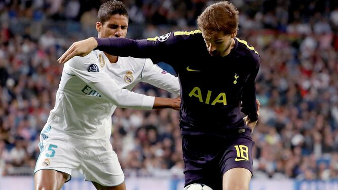 Llorente y Varane luchan un balón