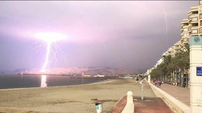 Rayos que cayeron en Aguadulce desde el Paseo Marítimo de la capital