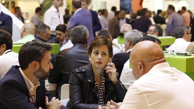 Los comerciales de las compañías celebran reuniones de trabajo de forma vertiginosa en la primera jornada.