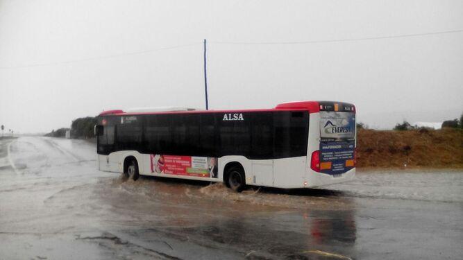 La rambla de Costacabana anegada como se ve al paso del bus de la UAL.