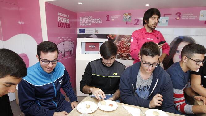 Los jóvenes aprendieron distintas recetas y usos de la carne de cerdo.