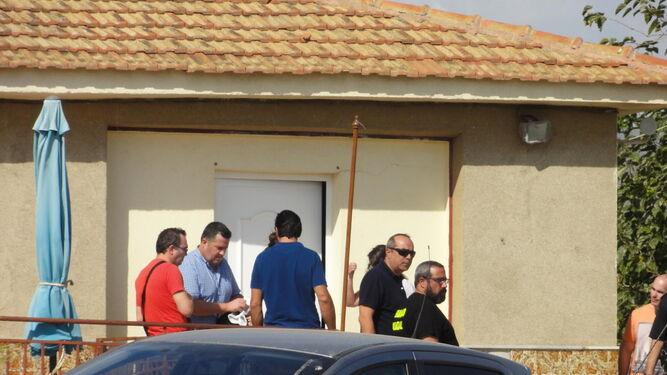 Familiares y vecinos aguardan junto a la Guardia Civil.