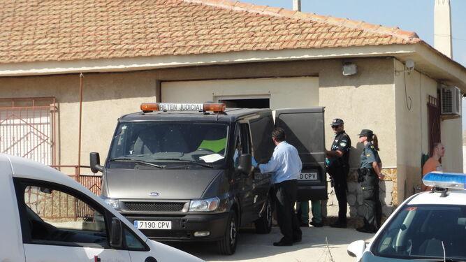 Los cadáveres son introducidos en el vehículo de la funeraria por orden judicial.