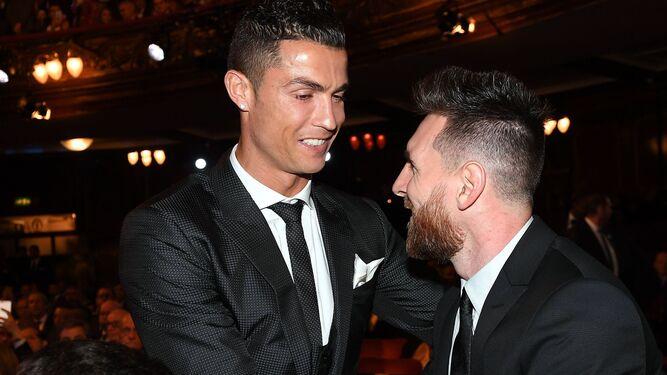 Messi saluda a Cristiano ante su hijo en el London Palladium.
