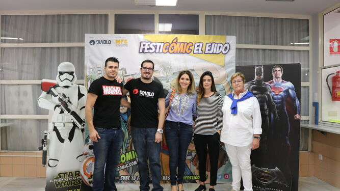 La concejala de Cultura, Julia Ibáñez durante su visita a Festicómic.