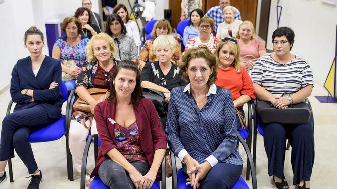 La diputada de Igualdad, Dolores Martínez, y la ponente, Rita Mateos.
