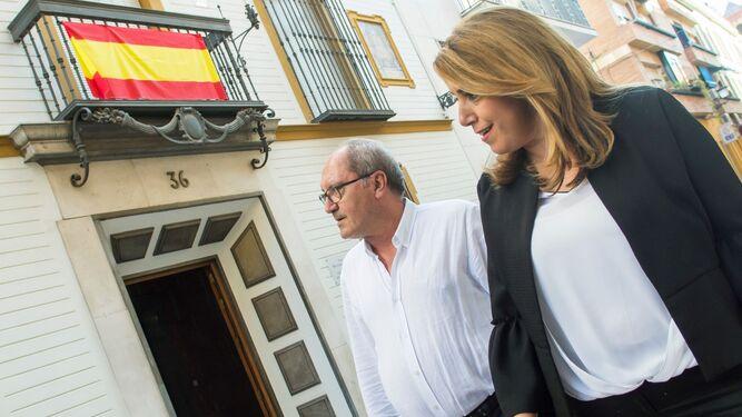 Susana Díaz y el secretario general de Organización del PSOE-A, Juan Cornejo, camino de la reunión de la comisión ejecutiva regional, ayer en Sevilla.