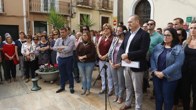 El alcalde de Cuevas junto a la delegad del Gobierno de la Junta de Andalucía en el minuto de silencio de ayer.