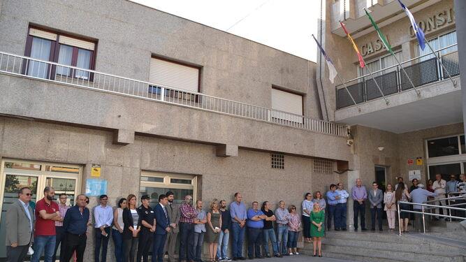 Manifestación de condena as las puertas del Ayuntamiento de Roquetas.