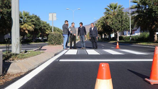 El alcalde, el edil de Obras Públicas y técnicos municipales testaron in situ el estado de la avenida Ciavieja tras las obras.