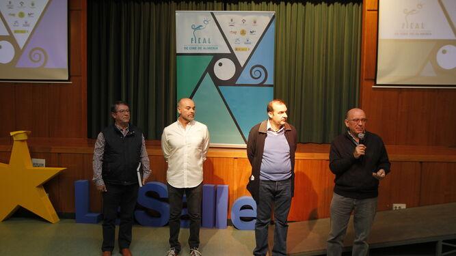 Los responsables del centro, el cineasta y el director de FICAL, durante la presentación.