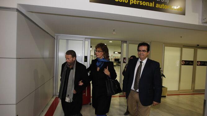 En la puerta de salida del aeropuerto de Almería.