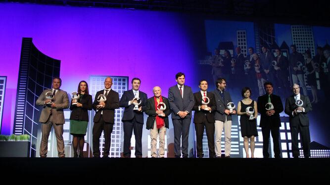 El máximo responsable de los empresarios del mármol, Antonio Sánchez, en el centro, preside la 'foto de familia' de la gala de entrega de los XXXI Premios Macael, con todos los galardonados.