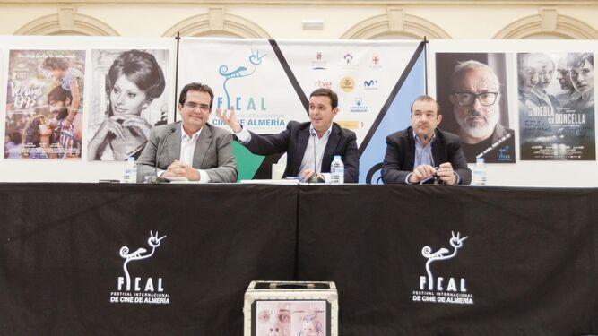 El vicepresidente de Diputación, Javier Aureliano García junto a Antonio Jesús Rodríguez y Enrique Iznaola haciendo balance de FICAL.