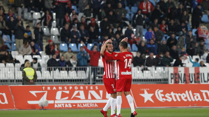 Los jugadores del Almería celebran uno de los goles.