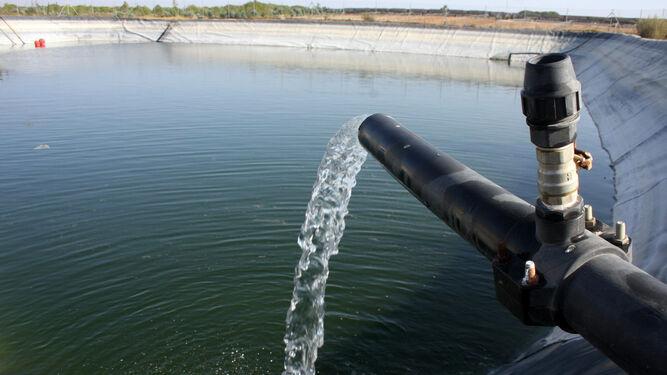 Llenado de una balsa de agua para su uso para riego.