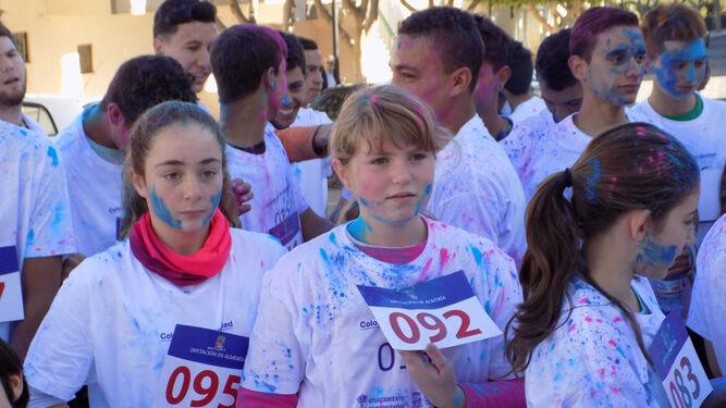 Jóvenes impregnados de color en la salida de la carrera.