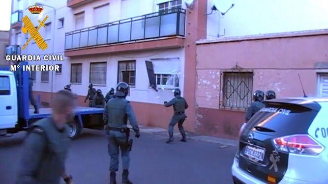 Espectacular entrada de los agentes de la Guardia Civil a la vivienda a través de una ventana.