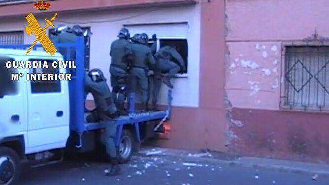 Los agentes adoptaron medidas de seguridad durante la intervención.