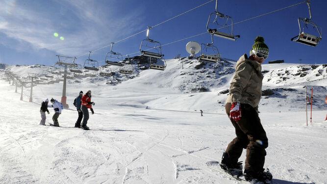 La estación de Sierra Nevada presenta el mayor desnivel esquiable del Estado con 1.200 metros y tiene 105 kilómetros entre 120 recorridos.