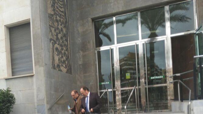 Acusados y abogados se citan en la puerta de la Audiencia a la conclusión de las sesiones.