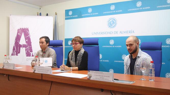 Presentación del cartel donde aparece Ricardo Arqueros, María del Mar Ruiz y el autor del cartel, Josué Bernabé.