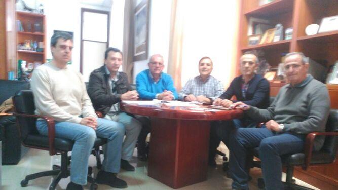 El alcalde, con los representantes de la Junta Central.