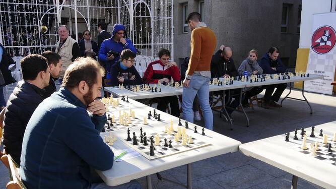 PUno de los oponentes de Marcos Camacho se dispone a mover ficha.