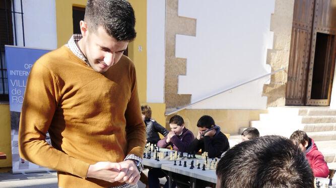 El maestro granadino se midió a quince rivales en la Plaza del Ayuntamiento.