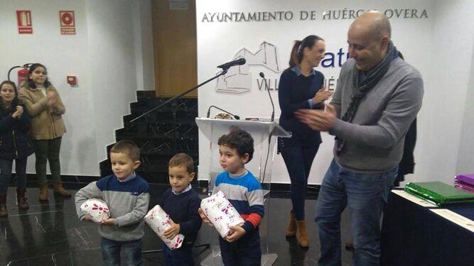 El alcalde hace entrega de los premios de los concursos de escaparates y bolas de Navidad