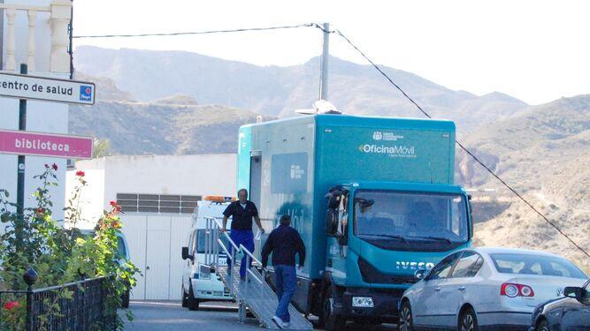 Un autob s que lleva la paga a 16 pueblos for Cajamar valencia oficinas