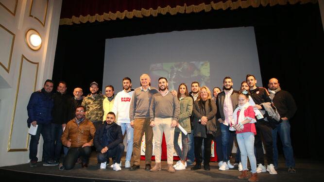 El concejal Carlos Sánchez y Nicolás Castillo con los representantes de los distintos grupos que asistieron anoche al sorteo en el Teatro Apolo.