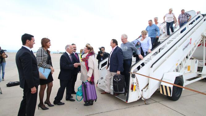 Representantes de la Junta, Diputación y Ayuntamiento recibieron en abril de 2017 a los viajeros del primer vuelo de Jet2.com
