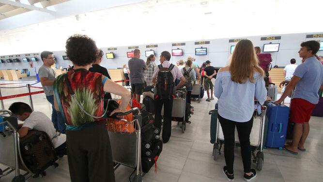 Pasajeros en el mostrador de facturación de uno de los vuelos con Sevilla.