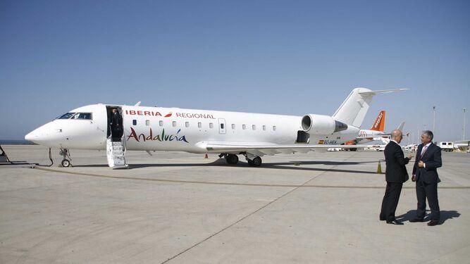 El director comercial de Air Nostrum, Juan Corral, y el director del Aeropuerto de Almería, Pablo Lázaro Melgar, a pie de pista junto a uno de los aviones que cubre la línea entre Almería y Sevilla.