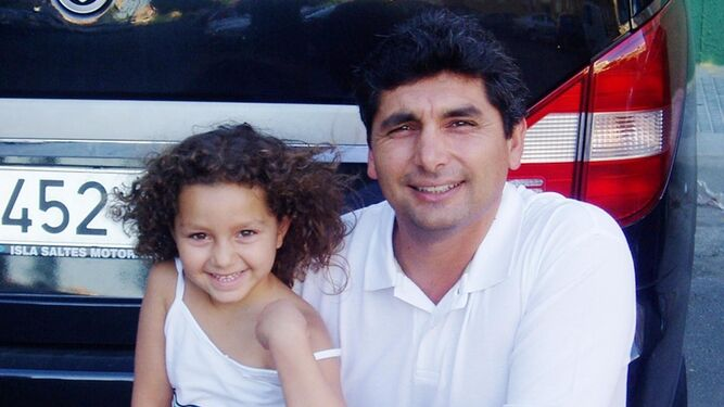Mari Luz posa junto a su padre, Juan José Cortés, el verano antes de su desaparición.