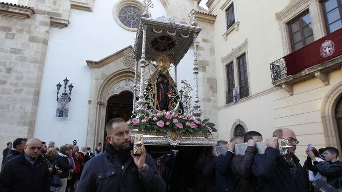 La Madre de Almería, saliendo de su templo.
