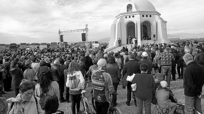Tras la Misa de Romeros tuvo lugar la salida, a hombros de sus horquilleros, de la Patrona.